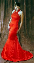 Это может быть белое платье с декорациями красного цвета ( ленточки, бантик,кристаллы), не забывайте про красную подвязку! Транспорт