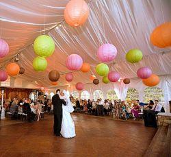 Завершением любого свадебного торжества будет являться банкет. Именно от того, как вы украсите свой свадебный зал и будет зависеть настроение праздничного