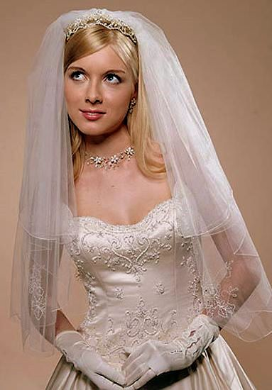 Вы, наверное, уже успели посмотреть фото свадебных причесок с фатой в нашей галерее и, быть может, даже выбрали себе что-то. Если еще нет, данная статья