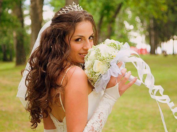 В настоящее время весьма популярными стали длинные свадебные прически на основе распущенных волос.