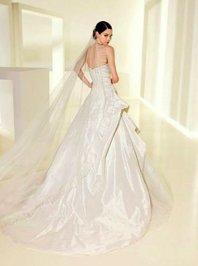 Всех невест приглашают посетить свадебный салон с красивым названием Долина Роз. Здесь их ждут красивые и стильные наряды, подходящие аксессуары и обувь