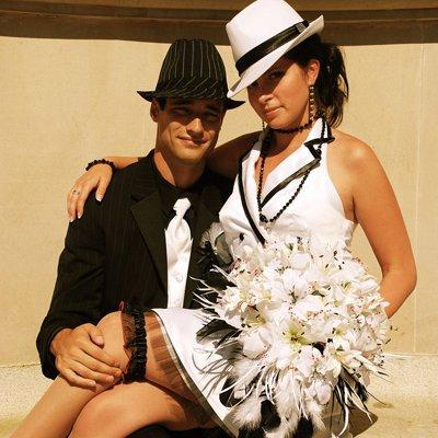 А вам тогда надо подобрать, какое нибудь свадебное платье винтажное или под винтаж 20 годов или тоже под ганстершу...